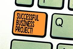Tekstteken die Succesvol Zakelijk project tonen Conceptuele foto het Bereiken projectdoelstellingen binnen programmatoetsenbord royalty-vrije stock afbeelding