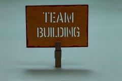 Tekstteken die Team Building tonen Conceptuele die fotosoorten activiteiten worden gebruikt om sociale relatieswasknijper te verb royalty-vrije stock foto