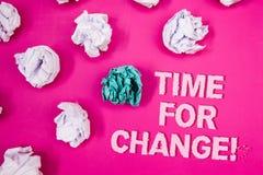 Tekstteken die Tijd voor Veranderings Motievenvraag tonen De conceptuele fotoovergang groeit verbetert Transformatie ontwikkelt d stock afbeeldingen