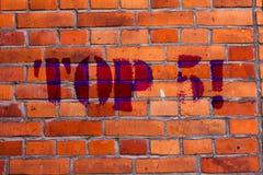 Tekstteken die top 5 tonen Conceptuele foto de beste kunst van de de Best-sellersBakstenen muur van degenenwinnaars Populairste z royalty-vrije stock afbeeldingen