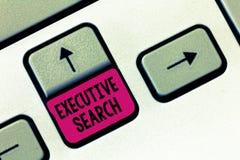 Tekstteken die Uitvoerend Onderzoek tonen De conceptuele de dienstorganisaties van de fotorekrutering betalen om naar kandidaten  stock foto