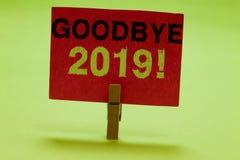 Tekstteken die vaarwel 2019 tonen Conceptuele de Overgangswasknijper van Eve Milestone Last Month Celebration van het fotonieuwja stock foto