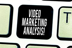 Tekstteken die Video Marketing Analyse tonen Conceptuele fotosoftware dat centraliseert en video online Toetsenbord levert stock foto