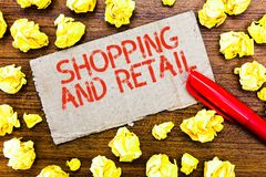 Tekstteken en Kleinhandels tonen die winkelen Conceptueel fotoproces om de Consumptiegoederendiensten aan klanten Te verkopen stock foto's