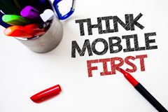 Tekstteken het tonen denkt de Mobiele Eerste Conceptuele Handbediende foto marketing Pen van doel eerst de draagbare telefoons wi royalty-vrije stock foto's