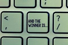 Tekstteken het tonen en de Winnaar zijn Conceptuele foto die wie aankondigen de Kampioen Exemplar Uitvoerder is stock afbeeldingen