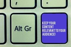 Tekstteken het tonen houdt Uw Inhoud voor Uw Publiek Relevant De conceptuele foto Goede marketing sleutel van het strategieëntoet royalty-vrije stock afbeeldingen