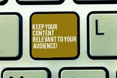 Tekstteken het tonen houdt Uw Inhoud voor Uw Publiek Relevant De conceptuele foto Goede marketing sleutel van het strategieëntoet stock foto