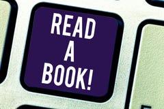 Tekstteken het tonen las een Boek De conceptuele foto geniet van literatuur de traditionele activiteit de nieuwe sleutel van het  stock foto's