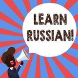 Tekstteken het tonen leert Rus De conceptuele fotoaanwinst of verwerft kennis van de sprekende en schrijvende Russische Jonge Men stock illustratie