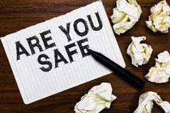 Tekstteken het tonen is Veilig u De conceptuele foto Vrij van gevaar die geen Kwaad voorzien kwetste fysisch Teller over notitieb stock fotografie