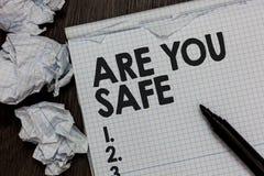 Tekstteken het tonen is Veilig u De conceptuele foto Vrij van gevaar die geen Kwaad voorzien kwetste fysisch Teller over notitieb stock foto's