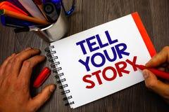 Tekstteken het tonen vertelt Uw Verhaal Conceptuele foto die uw gevoel uitdrukken die schrijvend uw biografiepenholder blocnote m stock afbeelding