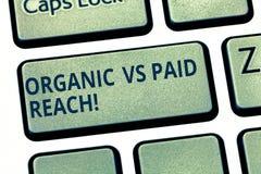 Tekstteken tonen Organisch versus Betaald Bereik Conceptuele foto Stijgende aanhangers natuurlijk of door voor het te betalen Toe royalty-vrije stock fotografie