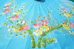Tekstura błękitny parasol z kwiatami na tle, parasol robić od morwa papieru, handmade obrazy stock
