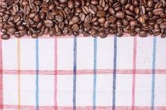 Tekstura barwiony ręcznik, ręcznik komórkowy typ, na którym kłama pewną kwotę brown kawowe fasole Odgórny widok z bunc Obraz Stock