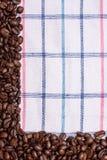 Tekstura barwiony ręcznik, ręcznik komórkowy typ, na którym kłama pewną kwotę brown kawowe fasole Odgórny widok z bunc Zdjęcia Royalty Free