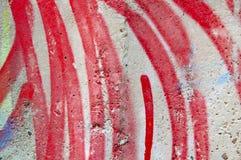 Tekstura betonowa ściana z lampasami czerwona farba zdjęcia stock