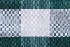 Tekstura biel w zielonym komórki bawełnianej tkaniny zakończeniu up. Zdjęcie Stock