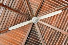 Tekstura brown drewniany dach jest abstraktem promienie bele układać pionowo horizontally i wielki podsufitowy fan zdjęcie stock