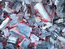 Tekstura czarny gorący gorący rozjarzony węgiel drzewny od twardych drzew drzewa zdjęcie stock