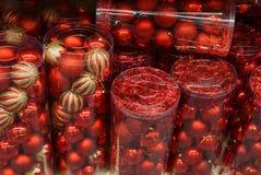 Tekstura czerwone boże narodzenie piłki w secie w przejrzystych pakunkach obraz stock