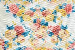 Tekstura, druk i wal, tkaniny czerwień i kolorów żółtych kwiatów wzór Obraz Royalty Free
