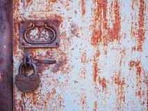 Tekstura drzwi i kędziorek stary ośniedziały czerwony metal fotografia stock