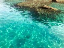 Tekstura jest przejrzystym mokrym błękita światłem iryzuje denną słoną wodę, morze, ocean z fala, czochry z dnem piękny c Obrazy Royalty Free