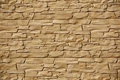 Tekstura nieregularna fieldstone ściana w świetle słonecznym obrazy royalty free