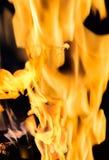 Tekstura pomarańczowy płomień na ciemnym tle Obraz Royalty Free