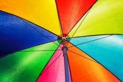Tekstura poniższy Kolorowy parasol w ligh dniu Fotografia Royalty Free