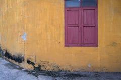 Tekstura stara żółta rocznik ściana przemysłowa fabryka z drewnianym okno Zdjęcie Stock