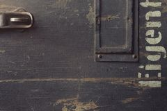 Tekstura stara drewniana skrzynka dla militarnego wyposażenia z metali dopasowaniami i częścią matrycujący niemiecki słowo Zdjęcie Stock