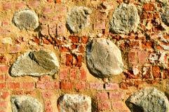 Tekstura starego antycznego średniowiecznego antyka kamienia ciężki obieranie pękał ścianę z cegieł prostokątne czerwonej gliny c obrazy stock