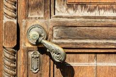 Tekstura stary drewniany drzwi z metal rękojeścią Obraz Royalty Free
