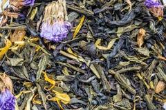 tekstura sucha czarna herbata z macierzanką kwitnie, zbliżenie składnika napoju abstrakcji ziołowy tło zdjęcia stock