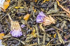 tekstura sucha czarna herbata z macierzanką kwitnie, ziołowy składnika napoju abstrakcji tło zdjęcia stock