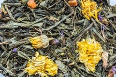 Tekstura sucha zielona herbata z calendula kwitnie, zbliżenie składnika napoju abstrakcji ziołowy tło zdjęcia stock
