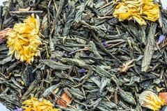 tekstura sucha zielona herbata z calendula kwitnie, ziołowy składnika napoju abstrakcji tło obrazy royalty free