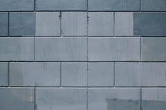 Tekstura szarzy betonowi bloki z plu?ni?ciami czerwie? w szwach zdjęcie royalty free