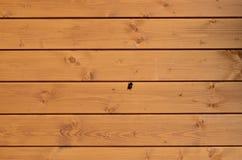 Tekstura wietrzejąca drewniana ściana Starzejący się drewniany deski ogrodzenie horyzontalny mieszkanie wsiada z małym pszczoły o obraz royalty free