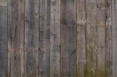 Tekstura wietrzejąca drewniana ściana Starzejący się drewniany deski ogrodzenie pionowo mieszkanie deska obrazy stock