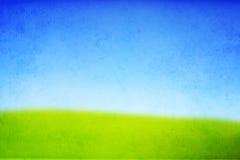 Tekstura wzgórze z zieloną trawą i niebieskim niebem Obrazy Royalty Free