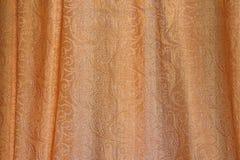 Tekstura złocista tkanina z namarszczeniami i abstrakcjonistycznym ornamentem Obrazy Royalty Free