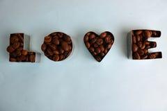 Tekstura z słowo miłością dla valentine dnia inskrypcji robić od wybranego brązu Arabica kawowych fasoli aromatycznego tła fotografia royalty free