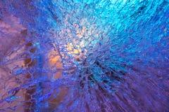 Tekstura zamarznięta lód ściana iluminująca z błękitnym i purpurowym ligh Obrazy Stock