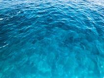 Tekstury bławego mokrego pięknego lazurowego przejrzystego morza, ocean woda, morze, ocean z małymi fala verdure pozyskiwania śro Zdjęcia Stock