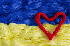 Tekstury nić z wizerunkiem flaga Ukraina i serce zdjęcia royalty free