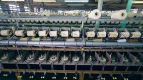 Tekstylna fabryczna jednostka z białymi niciami dostaje meandrujący zbiory wideo